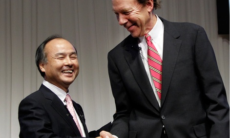 Softbank Corp. President Masayoshi Son, left, and Sprint Nextel Corp. Chief Executive Dan Hesse shake hands.