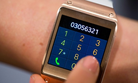 A model displays the telephone function of the new Samsung Galaxy Gear.