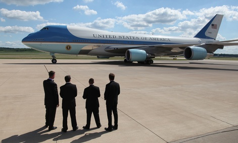 Secret Service agents watch as President Barack Obama leaves on Air Force One in 2013.