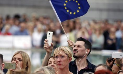 Someone waves an EU, ... ]