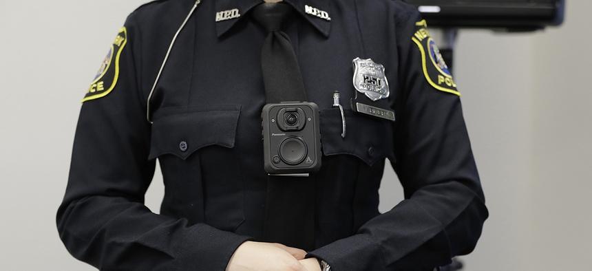 Newark Police offic, ... ]